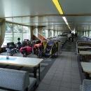 Na lodi jsou na cyklisty náležitě připraveni