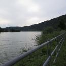 Dunaj za Pasovem vtéká opět mezi kopečky. Do neširokého údolí se musí vtěsnat silnice, koleje a cyklostezka. Vedle toho se sem nevejde už ani malý, rovný plácek.