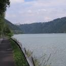 Stezka vede pěkným údolím
