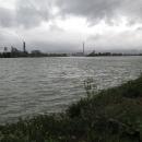 Za Lincem, na druhém břehu Dunaje, stojí škaredá průmyslová zóna. Kouřící komíny z chemičky, hluk a k tomu šedivá obloha s deštěm. Opravdu radostný pohled.