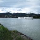 Po Dunaji plují výletní lodě, lze si objednat plavbu na lodi s kajutou a ve Vídni být rychleji.