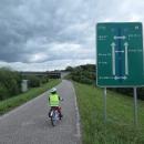 Cyklostezka od Klein-Pöchlarn vede po obou březích Dunaje. Přejíždět je možné po mostech nebo hrázích vodních elektráren.