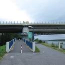 Po cyklolávce, která je nalepená pod dálničním mostem, přejíždíme opět na pravý břeh řeky.