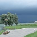Nebe před námi se zlověstně černá. Stihneme dojet do vesnice? Uf, bylo to jen tak tak.