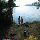 Děti se jdou koupat, slunečné ráno vybízí ke skoku do vody.