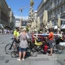 Jé, hele, české vlajka, jedete Dunajskou? ozývá se za námi. Dvojice z Prahy. Jedou od moře a na jeden den se zastavili ve Vídni. Mají s sebou skládací kola.