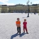 Za zámecké brány Schönbrunnu ale mají cyklisté červenou! Nám však bude stačit fotka před zámkem, po prohlídce francouzských zámků nám Schönbrunn připadá hodně obyčejný.