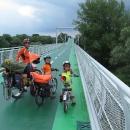 Cyklomost Slobody překlenuje řeku Moravu, přejíždíme po něm na Slovensko.