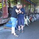 V Novém Městě chce Luděk řešit viklající se střed. Našel cykloservis, kde mu sympatický chlapík kazetu za pár euro vyměnil a ještě nám poradil, kudy dál.