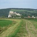 Po zarostlé cestě podél dálnice s dominantou monumentálního hradu Beckov jsme se napojili na silničku do Trenčína.
