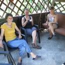 O pár minut později už sedíme pod altánkem v domu sympatické paní Agáty.