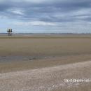 Je 8 hodin ráno, když stojíme na břehu moře. Voda je však dva kilometry daleko, s odlivem jsme vůbec nepočítali.