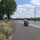 Za městem najíždíme konečně na pravou cyklostezku. Vede těsně při řece...