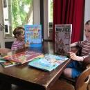 Trénují čtení francouzských knih :-)