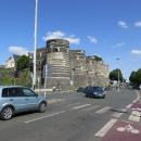 Přímo do centra, těsně pod hradby místního hradu s šestnácti mohutnými kruhovými věžemi vede příjemná cyklostezka.
