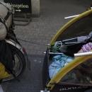 Šárka si při chvílích odpočinku ve vozíku vyrobila sušák na cyklistické rukavičky.
