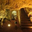 Pokud najdete cestu zpátky, můžete po střešních prostorách sestoupit i do podzemí zámku a prohlédnout si například kotelnu.