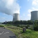 Do cesty se nám postavila jaderná elektrárna s kouřícími chladicími věžemi.