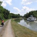 Stezka vede podél kanálů, po kterých plují malé lodě, máváme na sebe s jejich posádkami.