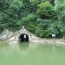Lodě plují tunelem