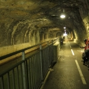 V Besançonu řeka provádí otočku skoro o 180°. Pro lodě je však pod pevností vykopán tunel a cyklostezka vede vedle kanálu.