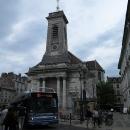 Do centra se může autem, přes hlavní náměstí jezdí autobusy MHD...