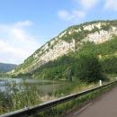 Hned za městem vjíždíme do nádherného údolí.