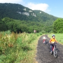 Připomnělo nám balkánské soutěsky, jenže tady je projíždíme po více než 150 kilometrů dlouhé cyklostezce.