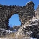 Hradní okno bývalého paláce na Hrádku