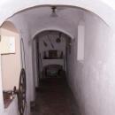 Klenutá chodba vedoucí k pokojům pro ubytované hosty