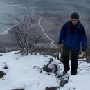 Pavel doráží na vrchol jako poslední se svačinou v ruce