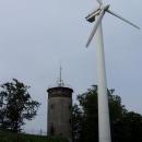 Na samotném vrcholu ale stojí rozhledna a větrná elektrárna