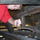 Náhodou objevenými otevřenými dveřmi jsme pronikli dovnitř a obdivujeme vybavení starého mlýnu.
