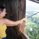 Přestože je pondělí, je otevřeno. Vstup zdarma si můžeme odpracovat otvíráním okenic v horním vyhlídkovém patře.