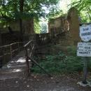 Vstupní brána do hradu Pravda, mostek jen na vlastní nebezpečí