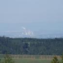 Výhled je daleko do kraje (v pozadí Krušné hory), jen ty elektrárny by mohly zmizet