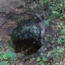 To není hradní studna na Džbánu, ale pozůstatek jedné z hradebních věží