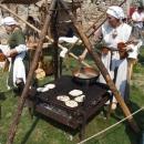 Příprava placek jak ve středověku, nešlo neochutnat