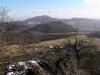 Z Panny je pěkný výhled ke hradu Kalich (za ním vrch Sedlo)