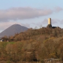 Hrad Skalka ve Vlastislavi - v pozadí Milešovka
