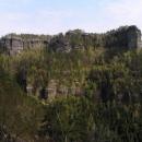 Mohutná stěna pískovců cestou na Mezní Louku