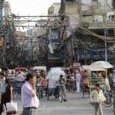 Rušné ulice, nepřehledná kabeláž