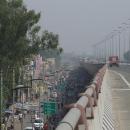 Dálnice často míjí centra měst na pilířích, aspoň nemusíme do toho mumraje