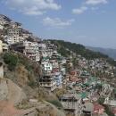Shimla leží i na strmých, neuvěřitelně zastavěných svazích