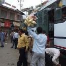 Mumraj prodejců občerstvení u autobusů
