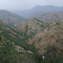 Pod silnicí se rozprostírají hluboká údolí s terasovitými políčky