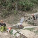 Vesničané tu často používají vrtané studny, tady v nahnědlé vodě ženy perou