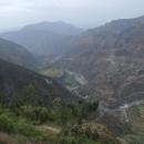 Čtyřicetikilometrovým sjezdem padáme do údolí řeky Satlidže