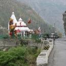 Přijíždíme do Rampuru, u silnice čas od času míjíme nějakou svatyni