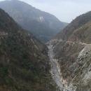 Řeka je zaříznutá v kaňonu hluboko pod námi